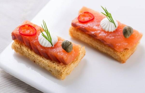 איך מכינים מגשי אירוח לאירועים?
